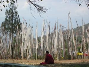 チミ・ラカンの境内でお経を唱える僧侶