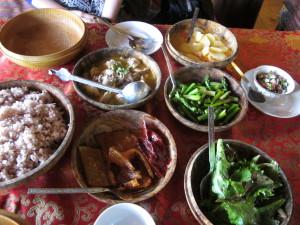 ブータン料理の数々 左上がバター茶