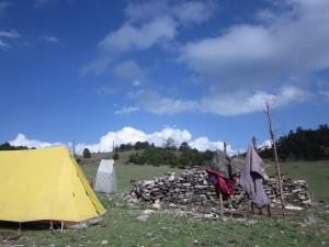 広いキャンプ地。白いのがトイレテント