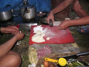 シュウマイのようなモモいう料理を生地から作っている